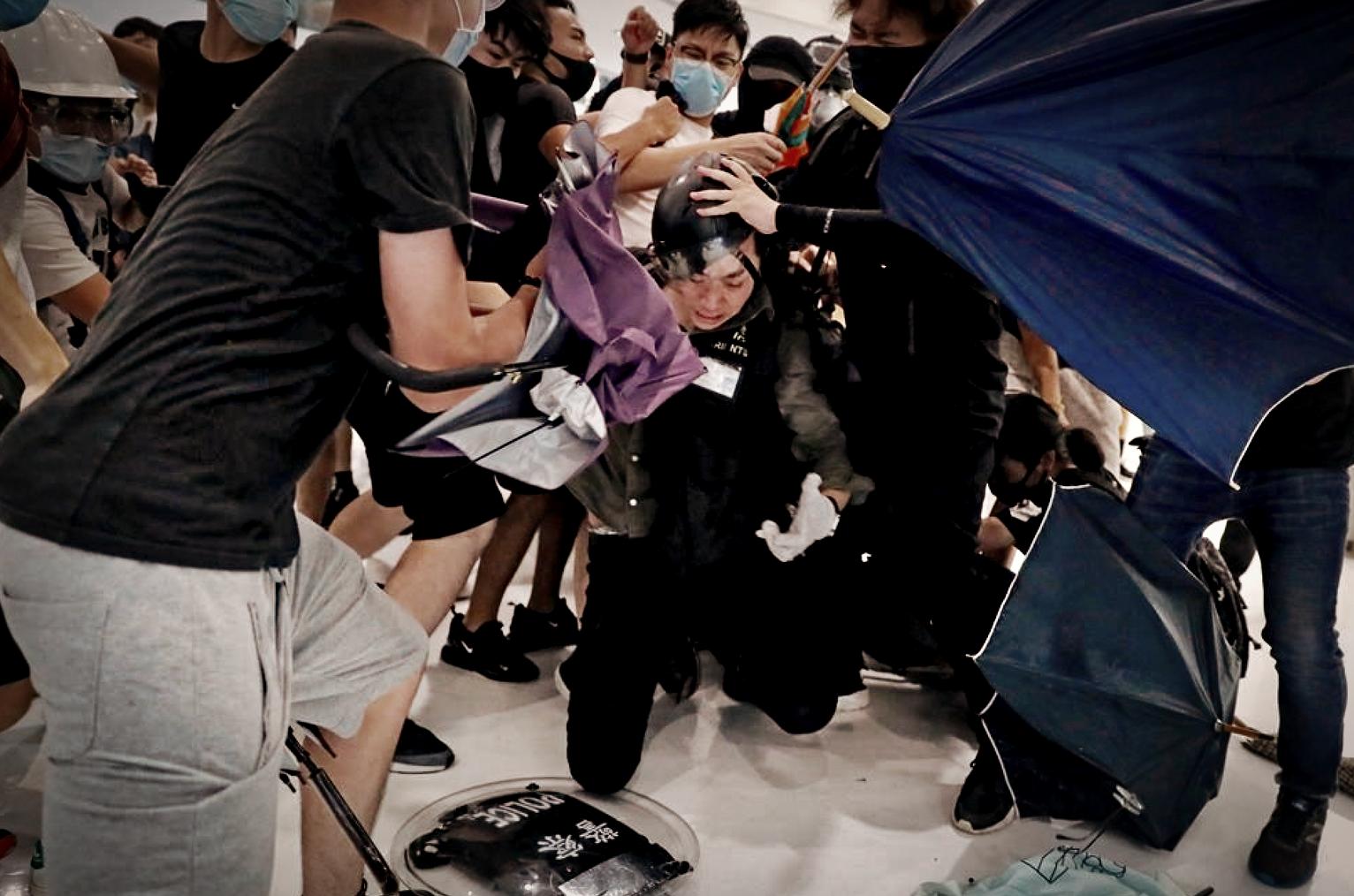 Hong Kong: un policier pris à partie par les manifestants