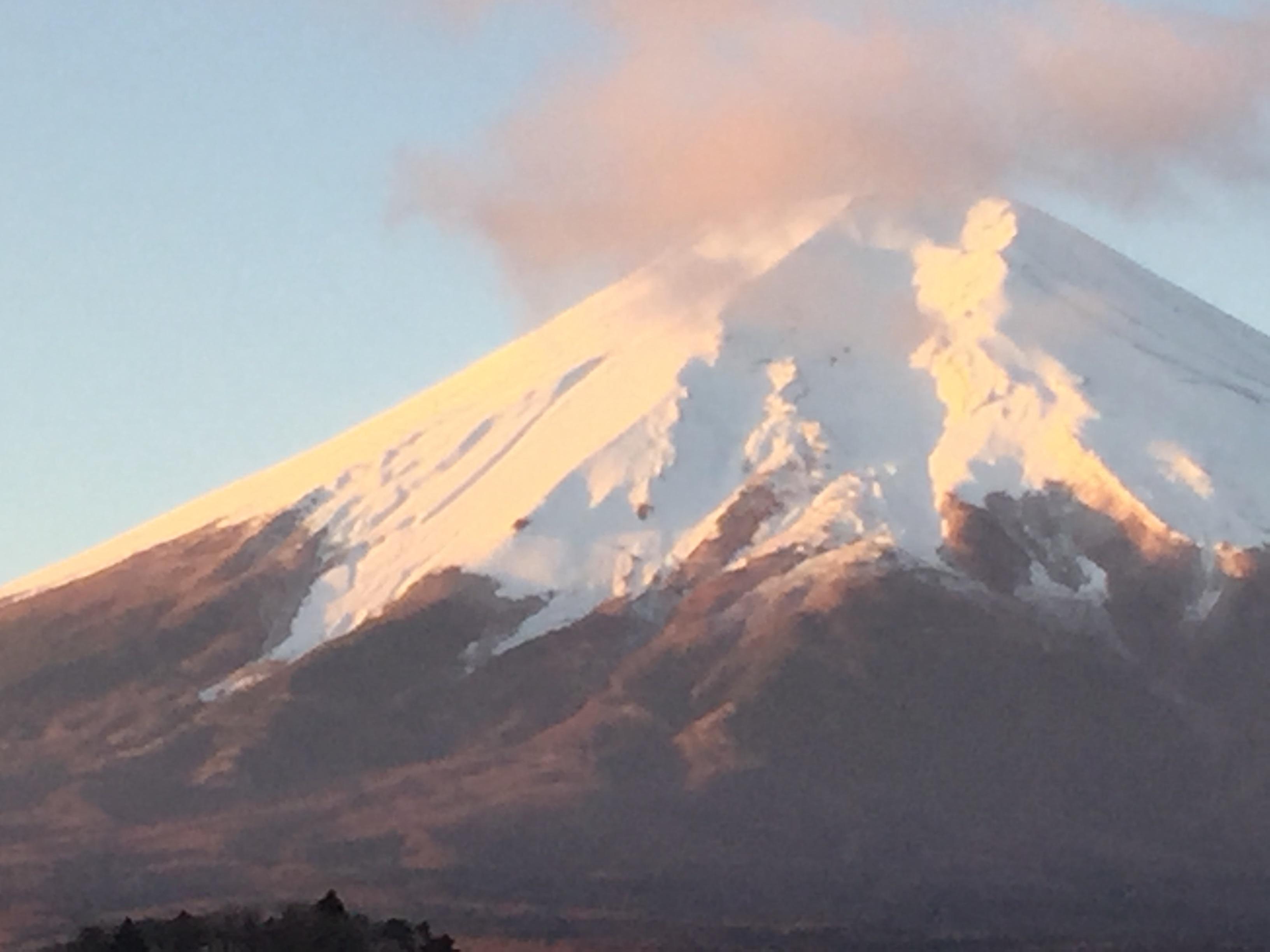 霊峰富士山の姿を眺めながら、夜明けを迎えました。